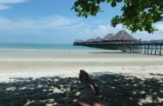 Paaseieren zoeken op een tropisch eiland